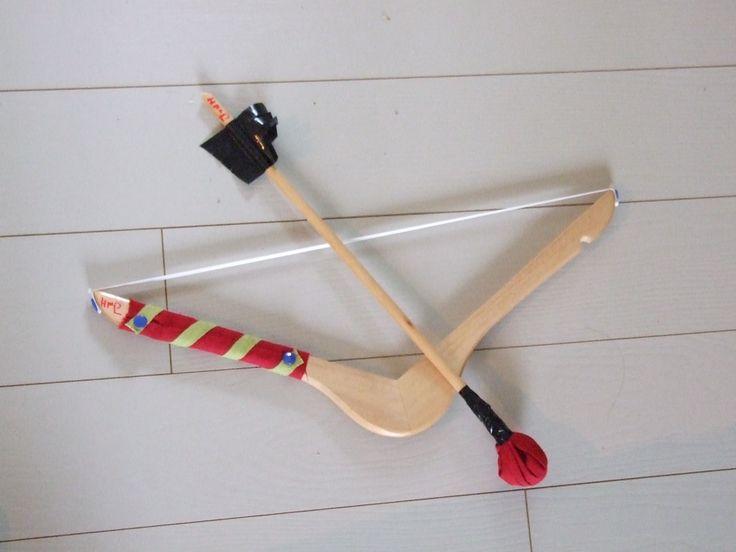 bow and arrow from a clothhanger pijl en boog van een kleerhanger, elastiek en reepjes stof. gemaakt voor indianen kinderfeestje
