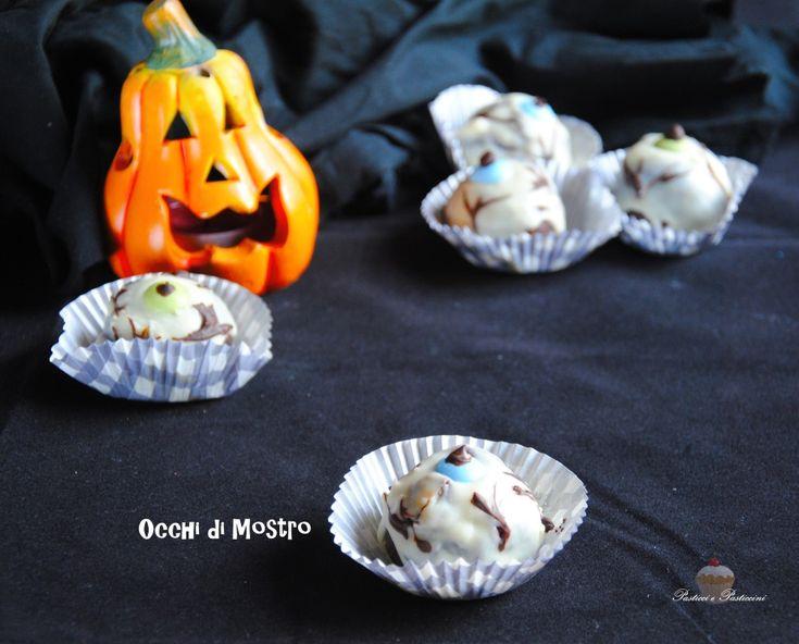 """GliOcchi di Mostro di Halloween sono dei golosi e simpatici tartufini glassati al cioccolato bianco, ideali come snack merenda a tema """"horror"""" da realizzare per Halloween."""