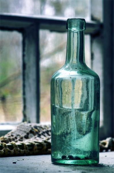 Toukokuu... unohetun talon sisällä lasipullo, kärpästen lasinen hauta.