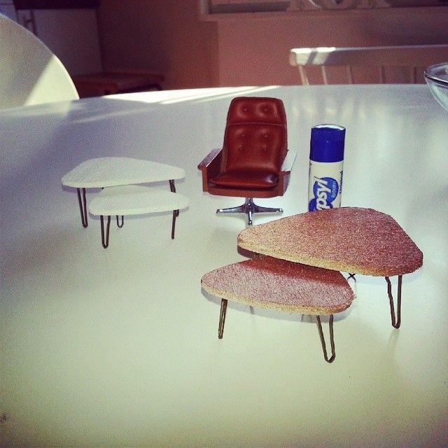 Två uppsättningar trekantsbord av balsaträ och hårnålar :-) #bord #vardagsrumsbord #vardagsrum #trekantsbord #balsaträ #hårnålar #fåtölj #lundbyfåtölj #dockhus #dockskåp #dockskåpsmöbler #dockskåpsrenovering #lundbydiy #vit #vitt #koppar #sprayfärg #pyssel #pysselgalen #diy #doityourself #gördetsjälv #tips #inspiration
