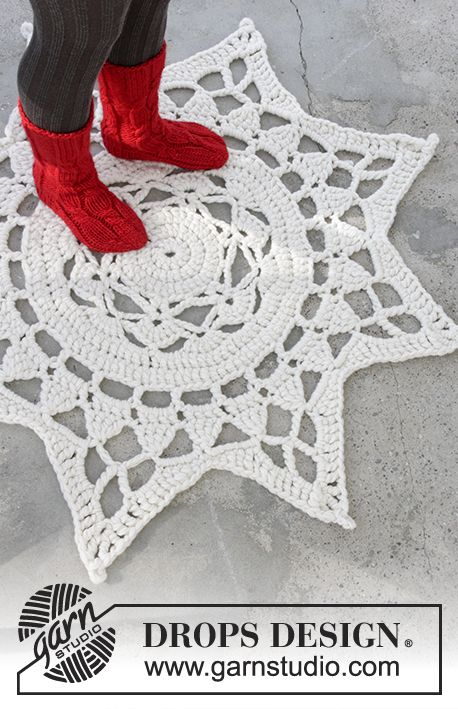 Gehäkelter Teppich für Weihnachten in 3 Fäden DROPS Eskimo. Kostenlose Anleitungen von DROPS Design.