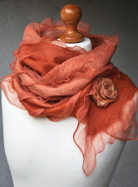 LIVRAISON GRATUITE  La main feutrée nuno châle «Flamingo» avec une belle broche-fleur. Echarpe basé sur soie naturelle.  Le foulard est feutré de meilleurs laine mérinos et soie pure. Laine mérinos est très doux, il n'irrite pas la peau. Il est merveilleusement doux et vous gardera au chaud sur les journées fraîches.  Dimensions: 190 x 50 cm / 75 x 20 pouces  Soins : Doucement, lavage à la main en pas plus chaud que 90 F de l'eau (30-40 ° C), en utilisant une lessive laine/soie. Repasser…