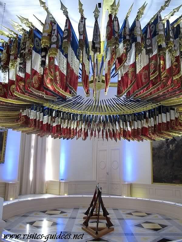 Salle des Emblêmes; L'étendard est l'emblême des unités anciennement montées : la cavalerie, l'artillerie, le matériel, l'aviation légère de l'armée de terre… Il mesure 64 cm au carré.