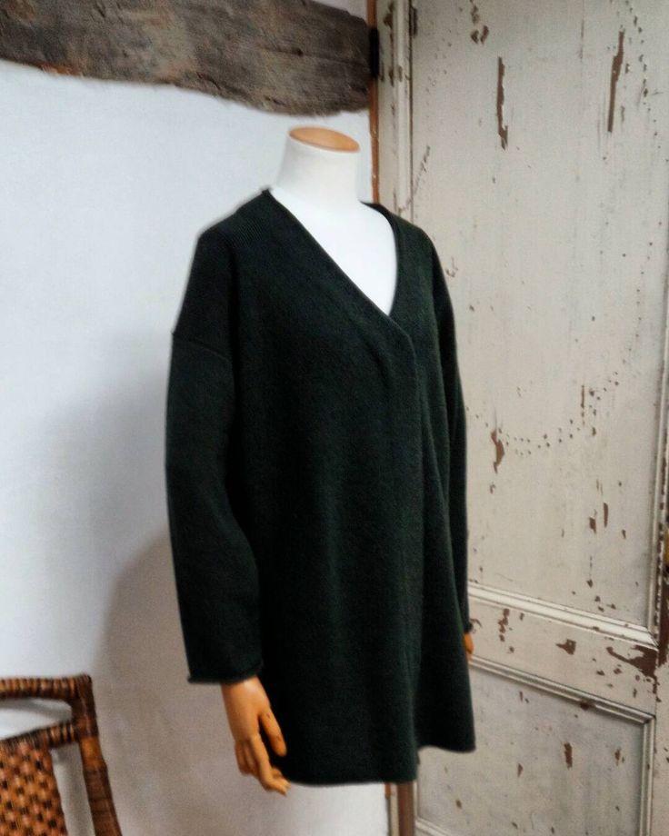 最後の一枚になった カーキグリーンのノーカラーのニットジャケット メンズの定番色のような色合い  #coolie#urbanchics#tokyo  #クーリー#アーバンチックス #ニットブランド #coolieブランド  #東京#調布#国領#ノーカラーニットジャケット