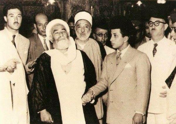 الملك فيصل الثاني خلال زيارته لمرقد الإمام علي في النجف، في أواخر 1950.