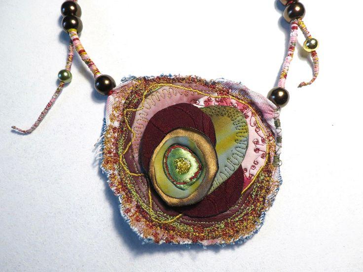 collana boho,collana rosa,gioielli bohemien,fiore di stoffa,jeans ricamato,upcycled jewelry,fiore rosa ricamato,collana maxy floreale cr di decorandom su Etsy