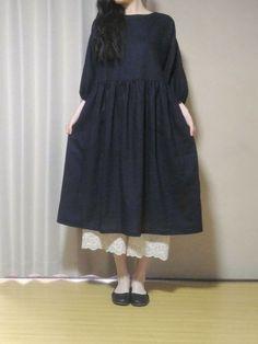 ナチュラルなワンピースの無料型紙と作り方 秋冬から春におすすめの七分袖のナチュラルなワンピースです。襟ぐり以外は全て直線なので、見た目よりとても簡単です。 スカートも袖も直線!とても作りやすいです。 袖口はゴムを通してふんわりとさせています。 別の布...