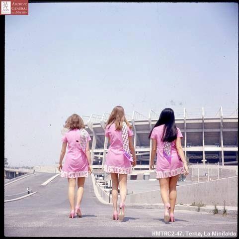 Edecanes camino al Estadio Azteca durante la Copa Mundial de Fútbol México 1970.