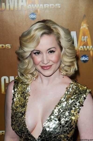 kellie picklers glamorous blonde hairstyle