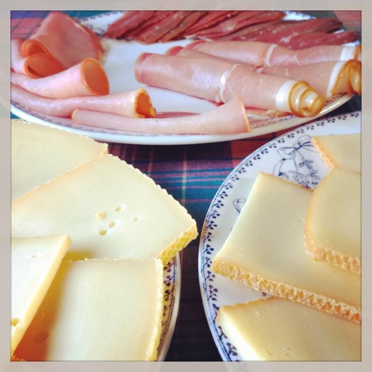 Prêt pour la raclette #charcuterie #fromage #jambon #magret #raclette #cuisine #magretcanard #faitmaison #plat #platprincipal  #français #salé