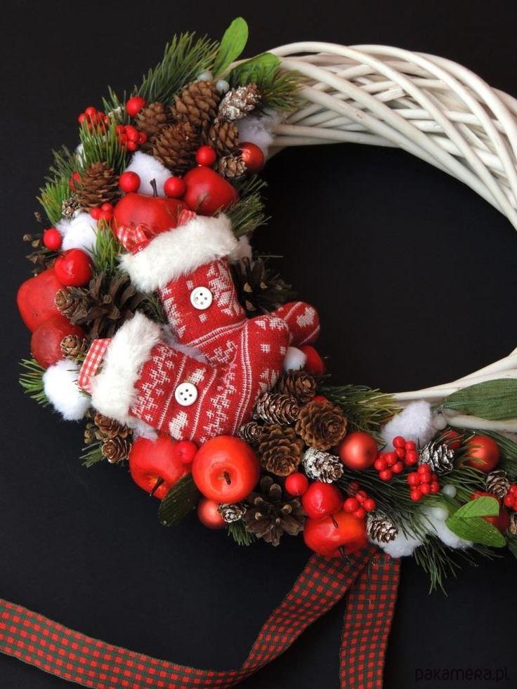 Zabawny i oryginalny, zimowy wianek  utrzymany  jest w tradycyjnej, świątecznej kolorystyce. Wianek został wykonany z wysokiej jakości sztucznych owoców i gałązek, drobnych, śniegowych kulek, szklanych bombek oraz przyozdobiony wełnianymi skarpetkami. Pięknie ozdobi drzwi, czy też ścian...