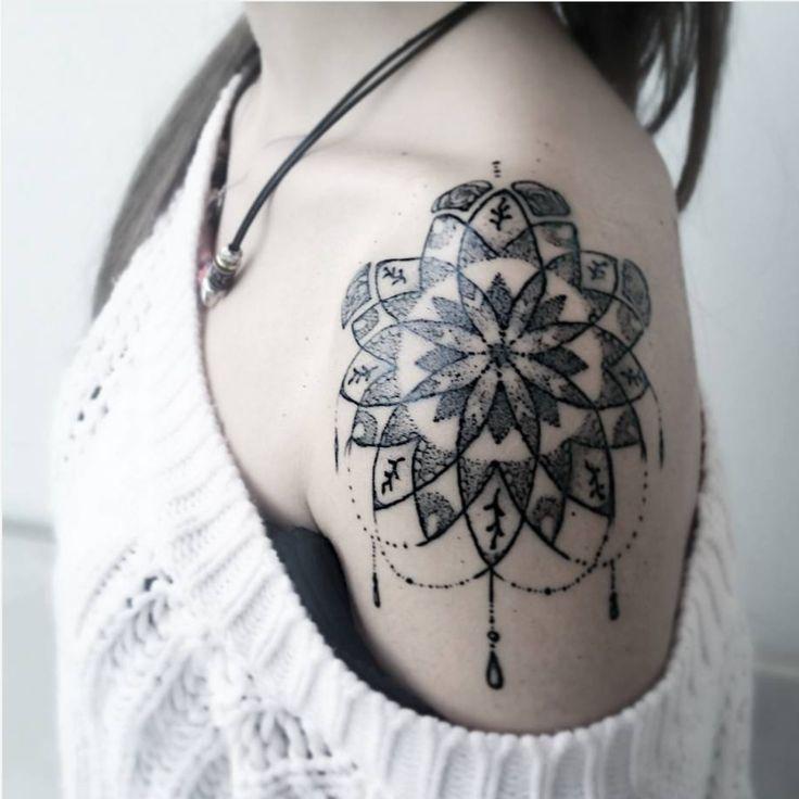 17 meilleures id es propos de tatouage paule sur pinterest fleurs de tatouages d 39 paule - Tatouage mandala epaule ...
