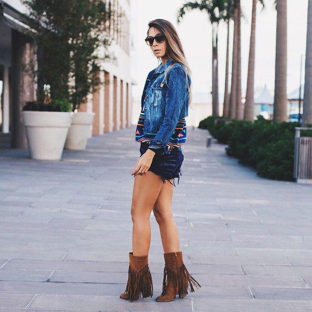 Look estilo folk com shorts azul marinho jaqueta jeans e botas de franja - Instagram: @decoresaltoalto