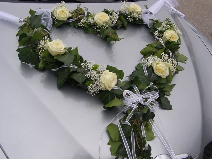 ❤️I want to say this is a strand of garland which can be bought at any craft store. Some come with flowers and others are plain. But it's so easy to glue silk roses to the garland, just Like the picture. All the craft stores sale all sizes of suction cups.❤️