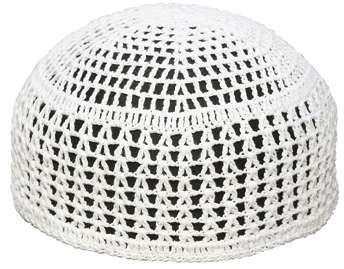 Un cappello all'uncinetto apertissimo, di pizzo, decisamente non protegge dal sole, ma è facile e veloce da fare.