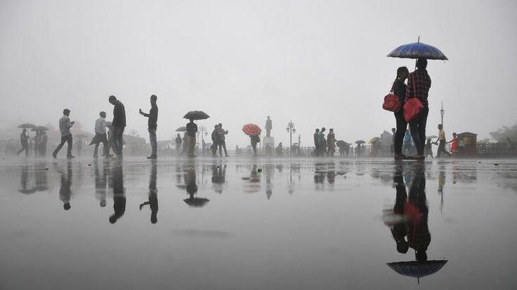 MOUSSON. Les habitants de Shimla, capitale de l'état indien du Himachal Pradesh, se protègent comme ils peuvent des pluies torrentielles qui s'abattent sur la région. De juillet à septembre, la mousson entraîne de fortes pluies qui peuvent durer plusieurs jours.