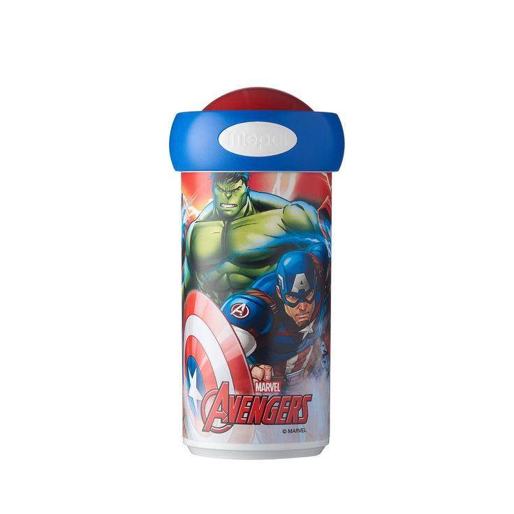 Neem je drinken mee in superhelden stijl in deze Mepal Campus schoolbeker van the Avengers. Dankzij het demonteerbare deksel met afsluitbare opening kun je ook met een rietje door de bovenzijde drinken. De beker is gemaakt van stevig kunststof, lekvrij en vaatwasserbestendig. - Mepal Campus Schoolbeker - Avengers