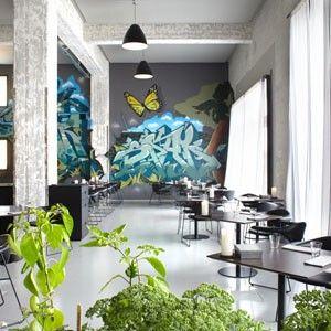 Amass, Copenhague Ao idealizar o Amass em mais de 700 m² de um antigo depósito de ferramentas, o chef MattOrlando (ex-Noma) queria preservar o layout industrial sem que o décor roubasse a cena de sua cozinha. Para tanto, o estúdio dinamarquês Gubi criou linhas elegantes selecionando mobiliário de novos talentos nórdicos.
