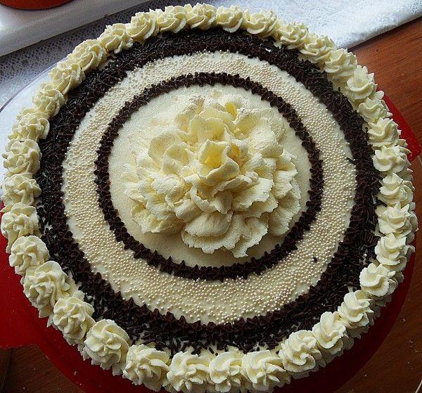 Siekany tort orzechowy o lekkim aromacie pomarańczowym
