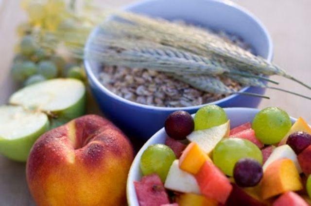 Dieta para el colon irritable e inflamado: Alimentos adecuados. Cuidar la dieta es fundamental para combatir los síntomas de una dolencia que, además de dolor, puede conllevar estreñimiento o diarrea y molestias en el abdomen. ¿Qué comer y cuándo comer? Te damos la lista de alimentos beneficios y las mejores horas para comer.