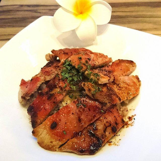 ハワイアン風サルティンボッカ丼❤これは新メニュー(裏メニュー)として出したい!😊✨サルティンボッカはイタリア料理の一つで、子牛肉の薄切りに生ハムの薄切りをのせバターでソテーしたものです。とてもご飯と合います😋 #サルティンボッカ #サルティンボッカ丼 #サルティンボッカ風 #新橋 #銀座 #バター #肉 #牛 #牛肉 #汐留 #shiodomeem #shiodomecafeanddinerem #イタリアン #イタリア#ランチ #イタリア料理