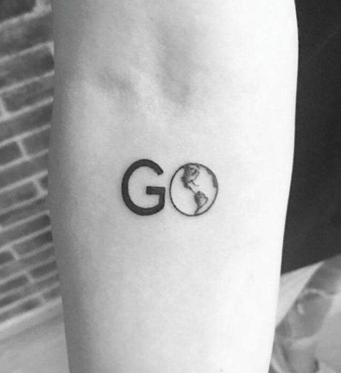 Tatuaggi a tema viaggio: lettere a mappamondo