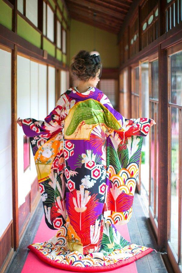 打掛『扇面若松友禅』、掛下『赤地あやめ』松、亀甲、青海波と、様々な文様を用いた友禅らしい色鮮やかな色打掛。生地の柔らかな風合いも特徴的で、色彩美と伝統古典の文様から、新しさと懐かしさの両面を感じられる一枚です。