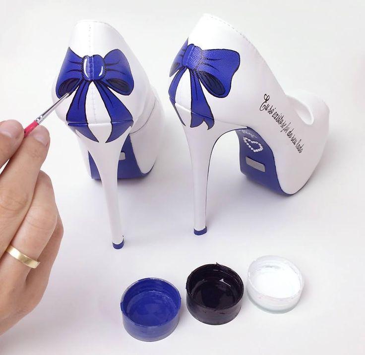 Tem sapato ficando pronto lá no ateliê do @studiolapupa. Dá uma olhadinha nesse modelo com sola azul laço bonito e a música preferida da noiva na lateral. Quer o seu assim também? Fala com elas pra saber mais.  Orçamento  (41) 3049 8884 no e-mail: contato@lapupa.com.br ou instagram @studiolapupa Elas entregam em todo Brasil!