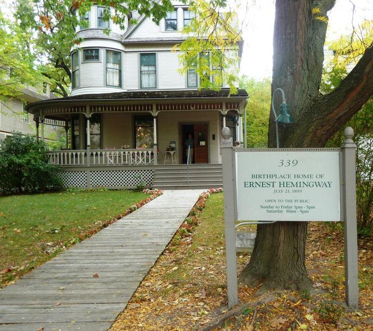 La casa donde nació Hemingway (Oak Park, Chicago) tiene un sencillo estilo victoriano, con una romántica torre redonda en el ángulo y un generoso porche en planta baja.