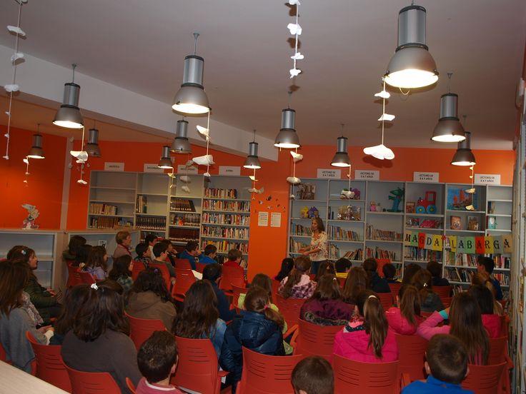 Magda Labarga en la biblioteca de Los Santos de Maimona contando para los chicos de 5º de primaria a través del Plan de Fomento de la Lectura Un libro es un amigo.