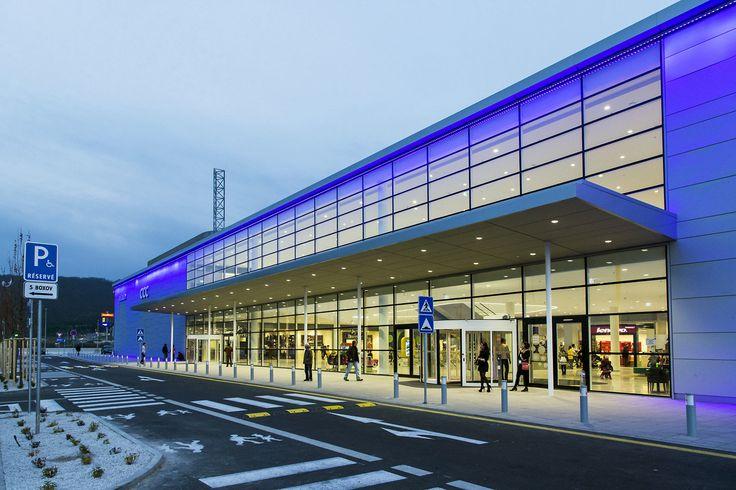 Shopping under stars - The Bory Mall shopping complex | lighting.eu