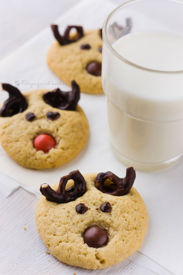 Christmas reindeer cookies (idea)....chocolate covered pretzels for antlers?