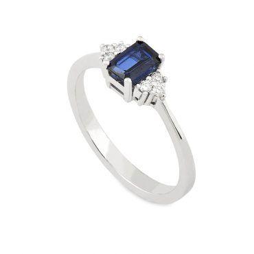 Μοντέρνο δαχτυλίδι Κ18 από λευκόχρυσο με κεντρικό ζαφείρι μπαγέτα και έξι διαμάντια εκατέρωθεν της κεντρικής πέτρας | Μονόπετρα ΤΣΑΛΔΑΡΗΣ στο Χαλάνδρι #δαχτυλιδι #ζαφειρι #διαμαντια #ορυκτες
