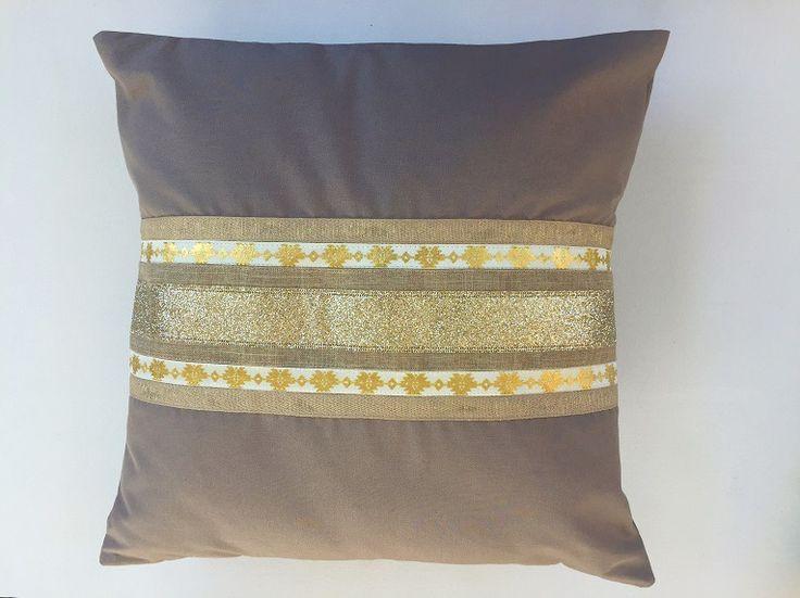 Housse de coussin taupe, dorée et pailletée : Textiles et tapis par only-by-elise