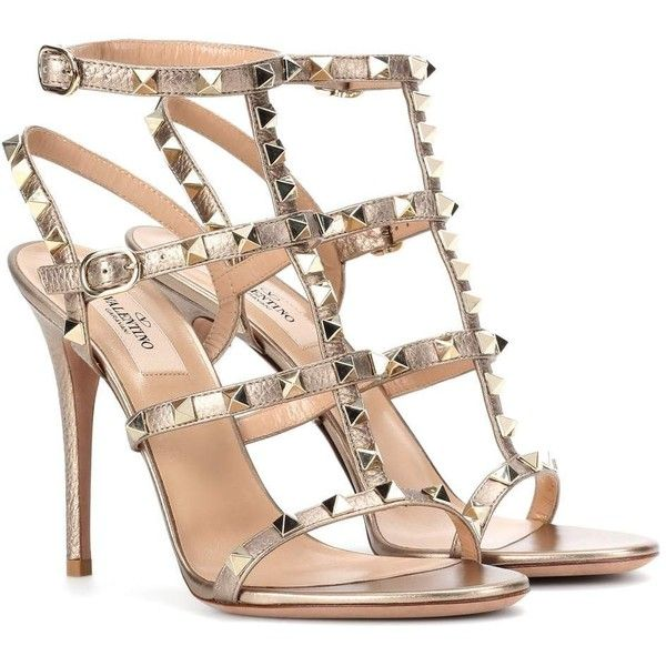 Valentino Valentino Garavani Rockstud Leather Sandals (£830) ❤ liked on Polyvore featuring shoes, sandals, heels, valentino, metallic, metallic sandals, leather shoes, metallic leather shoes, valentino shoes and beige leather sandals