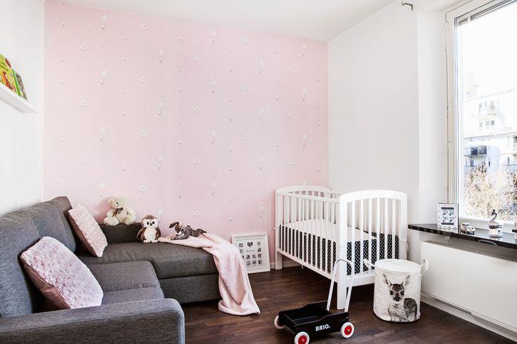 Hammarby sjöstad sovrum barnrum rosa spjälsäng brio