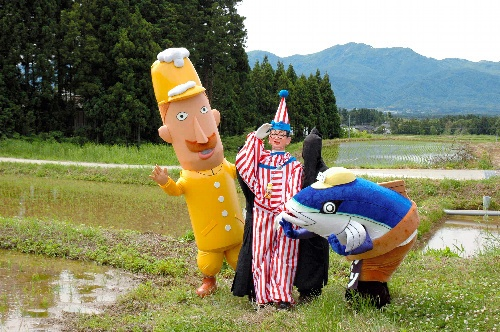 トキの餌場となる田んぼを訪れたくいだおれ太郎