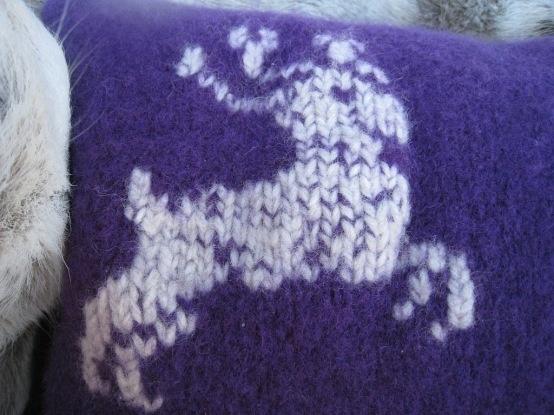 Tovet pute med reinsdyr strikket i Fritidsgarn