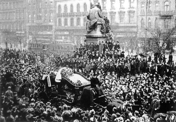 Ady temetése 1919. január 29-én. Müllner János fényképe. (Budapesti Történeti Múzeum, Kiscelli Múzeum, Fényképtár
