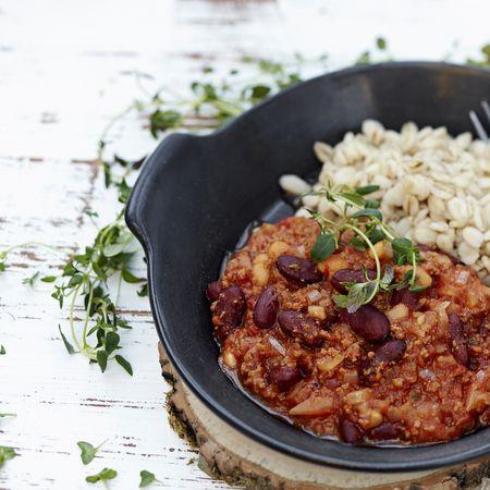 Tämä resepti sopii vastuulliselle herkuttelijalle. Fiksu ilmastovalinta on tarjoilla annos täysjyväohran kera riisin sijaan.