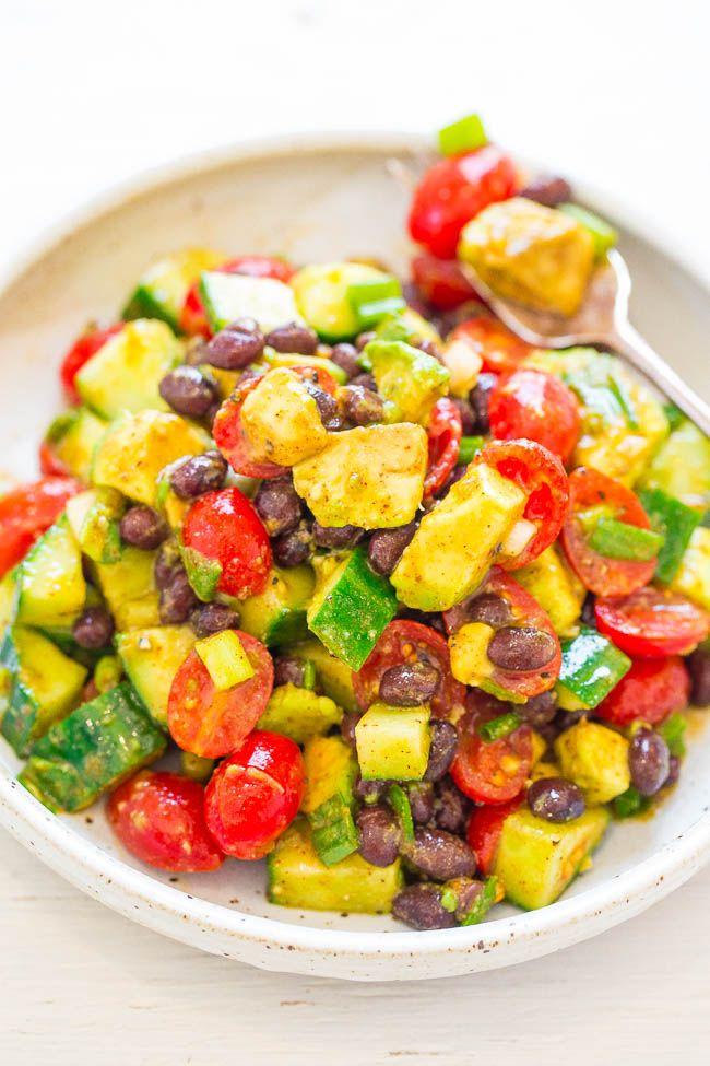 Aguacate y Frijol Negro Ensalada Mexicana - FÁCIL, listo en 10 minutos, y hay tanto SABOR de la vinagreta de lima-comino-chile !!  Genial para el almuerzo o una semana sin carne lunes!  ¡Vegano accidentalmente, sin gluten, SANO, y DELISH !!