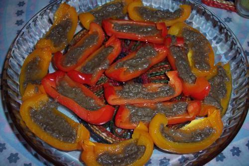 Antipasto natalizio Peperoni bagna cauda con variante ricetta tradizionale piemontese dal sapore forte peperoni di qualità di Carmagnola e acciughe