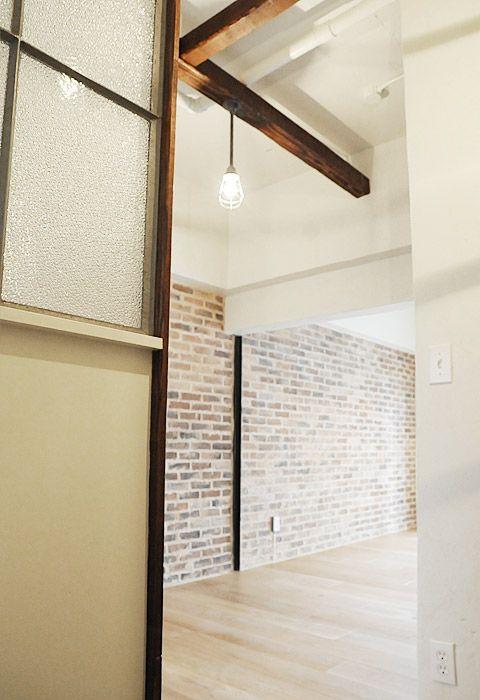 #リノベーション #ブリック 白を基調にした空間に、ブリック仕上げの壁面がアクセントに!レトロな仕切りガラスもオシャレな感じ。