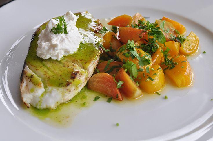 Stekt Hälleflundra med örtolja, smörslungade betor och getost med pepparrot | winendine.se