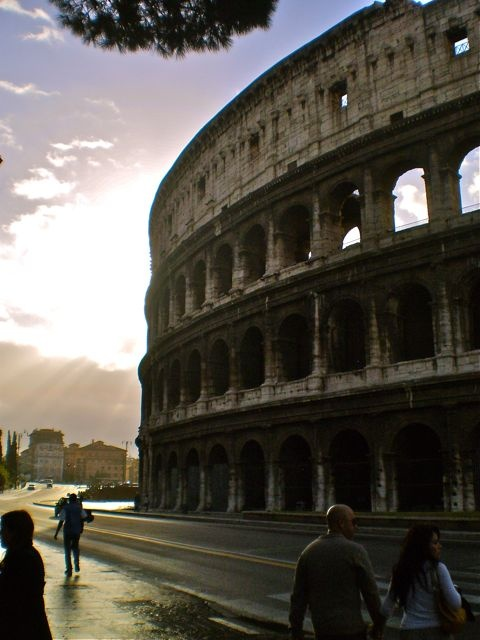 Five Dollar Traveller: BLOG - Rome in a hurry. Two day sightseeing whirlwind! The colosseum in the early morning.