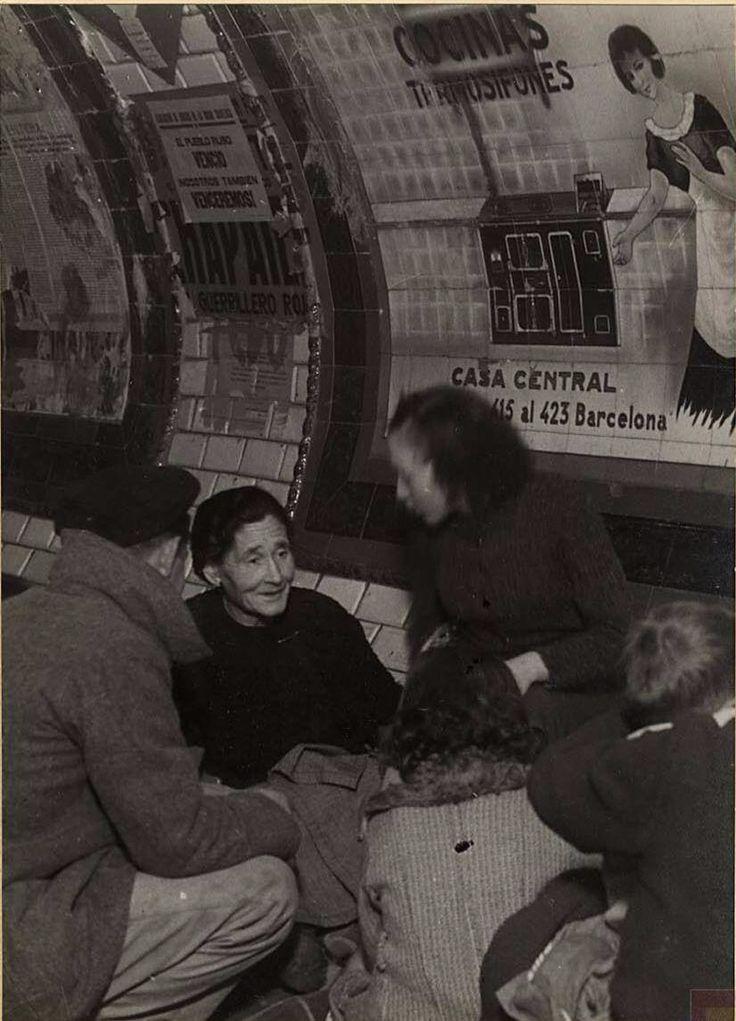 Spain - 1936-39. - GC - Refugio en el metro. Madrid .