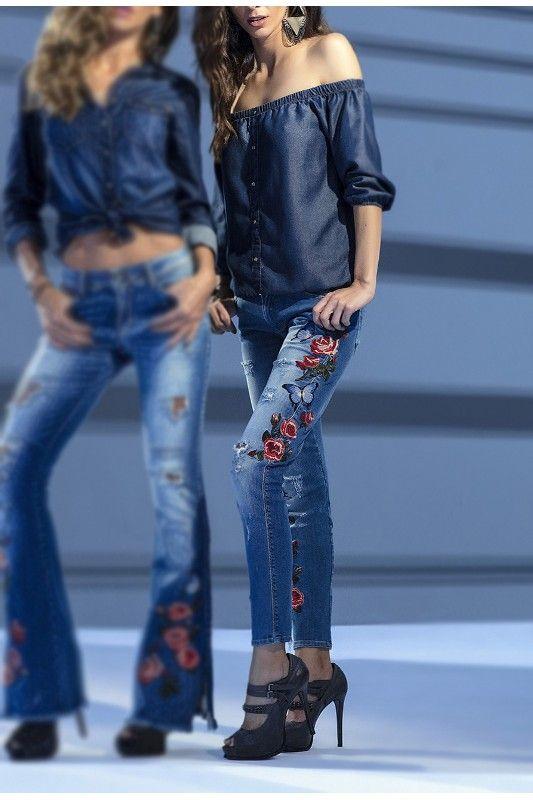 As jeggings são calças de denim mais fino, mais justas que uma skinny e tão confortáveis quanto uma legging, tudo graças a uma dose a mais de elastano em sua composição. A Calça Jegging Cropped Lado Avesso possui modelagem cropped, é ajustada do quadril e amplia do joelho até a barra comprimento curtinho. Versátil, a peça se destaca pelos rasgos e bordado floral nas pernas. Composição em jeans 97% algodão 3% elastano