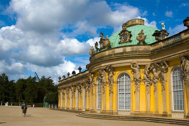 (Berlín)Si le queda tiempo tras su recorrido por la capital de Alemania, le proponemos tres excursiones que valen la pena a poca distancia de allí. Para conocer lugares de ensueño, entre castillos, naturaleza e historia. Potsdam.A 24 kilómetros de Berlín se encuentra esta ciudad, donde veraneaban los reyes prusianos, que es la capital de Brandeburgo …