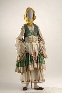 Η νυφική ενδυμασία από το Τρίκερι. Ονομάζεται χρυσή φορεσιά και διαφέρει από τις άλλες φορεσιές της Θεσσαλίας. Η επικοινωνία των κατοίκων με τα νησιά, κυρίως με τις Β. Σποράδες, δίνει στην ενδυμασία του Τρίκερι στοιχεία σκυριανής φορεσιάς. Έχει δύο λευκά πουκάμισα και ως δεκατρία μισοφόρια. Το καλό εξωτερικό πουκάμισο είναι από λινό ή μεταξωτό ύφασμα σε διάφορα χρώματα κεντημένο με χρυσά ή πολύχρωμα κεντήματα. Το φουστάνι είναι πολύπτυχο, αμάνικο και κοντό με στολισμένο συχνά τον ποδόγυρο…
