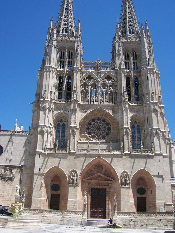 Catedral de Burgos Es un templo católico dedicado a la Virgen María. Su construcción comenzó en 1221, siguiendo patrones góticos franceses.